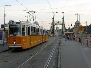 Tranvía cruzando un puente en Budapest