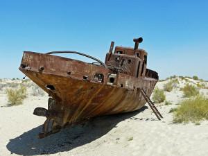 Fotografía de un barco abandonado en el Mar de Aral