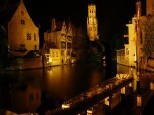 El muelle del rosario de Brujas por la noche (Flandes)