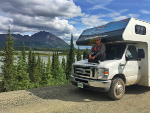 Sele encima de la autocaravana con la que viajó por Alaska