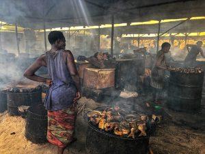 Mujer ahumando pescado en Cotonou (Benín)
