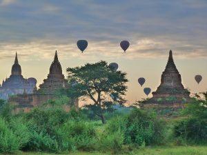 Globos volando sobre los templos de Bagan